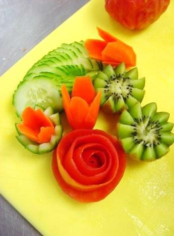 Decorazioni con frutta e verdura ieri oggi in cucina - Piatti di frutta decorati ...
