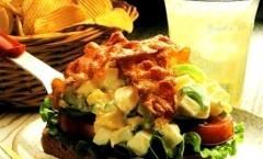 Crostone insalatai uova pancetta