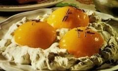 Uova al tegamino, dolce pasquale Petronilla finte pesche