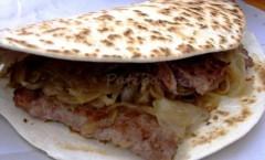 Piadina romagnola con salsiccia cipolle