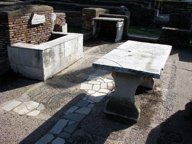 La Taberna dell'Antica Roma e la Taverna del Medioevo  Taverne_di_pescivendoli_Ostia_Antica