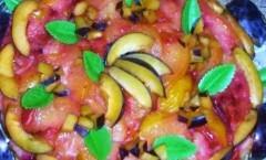 Torta rovesciata di prugne fresche