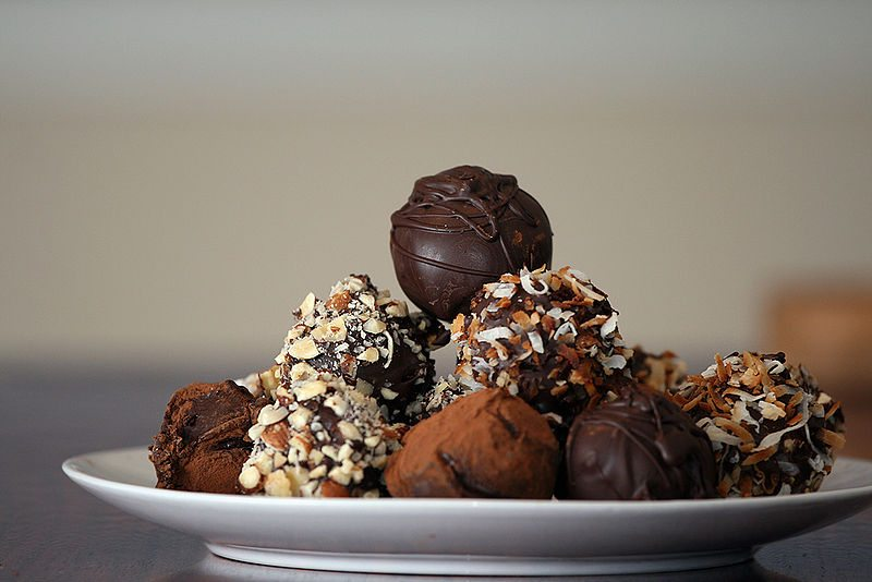 Dolcetti di castagne -Truffles_with_nuts_and_chocolate_dusting_on_plate