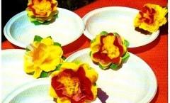 Decorare i piatti applicando sul bordo coloratissimi fiori di carta