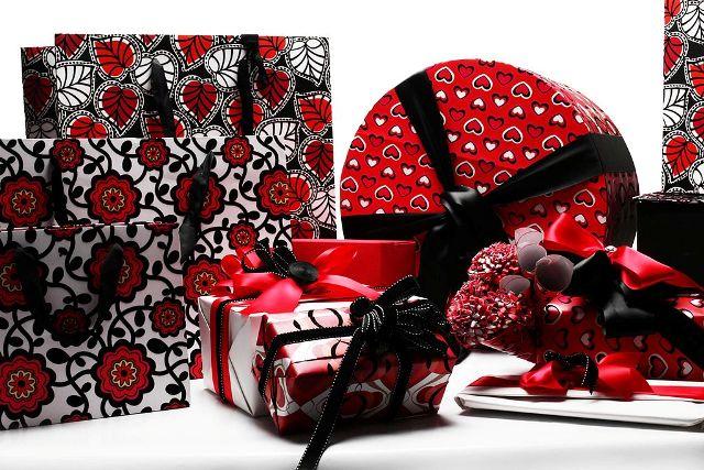 Confezionare i regali San Valentino: LEI e LUI