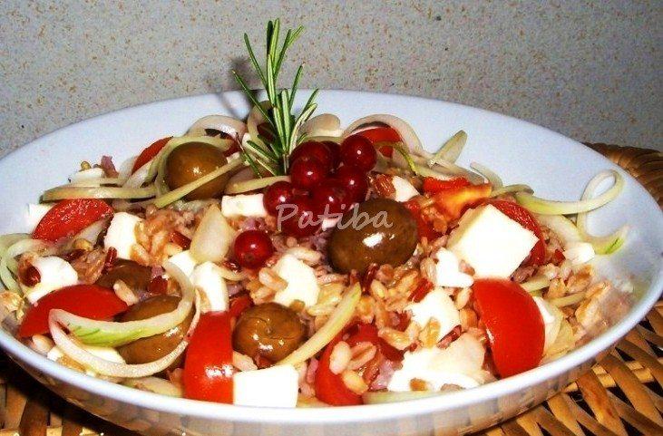 Insalata di farro, feta, olive schiacciate e condite