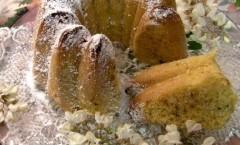 Torta margherita con fiori di acacia