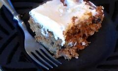 Torta dolce di carote e cacao con le noci