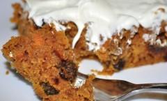 Torta dolce di carote, mandorle e uvetta
