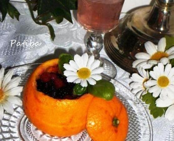 Frutti di bosco in coppa di arancia