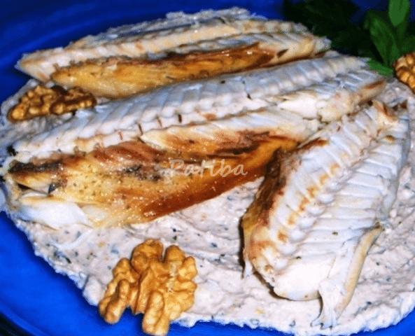 Filetti di sgombro con salsa di noci alla menta