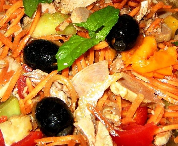 Insalata con verdure fresche, petto di pollo e olive nere