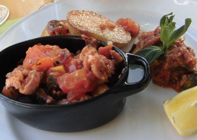 Calamari con olive nere, uvetta e pinoli Apt_Chat_qui_pêche_Supoins_à_la_provençale