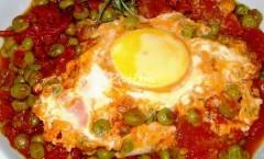 """Con le Uova all'occhio di bue con piselli al sugo di pomodoro, è permessa """"la scarpetta""""!"""