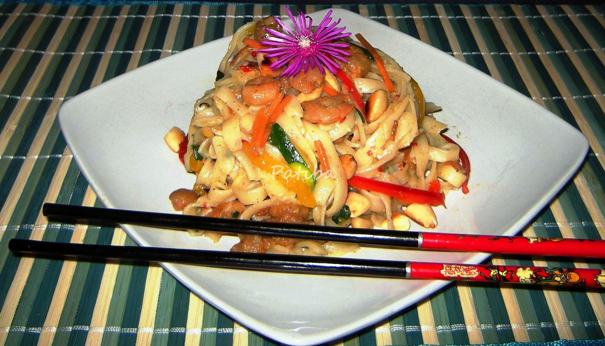 Tagliatelle di riso, verdure e gamberetti con latte di cocco