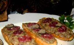 Crostini al paté di porcini con tartufo nero e salamino