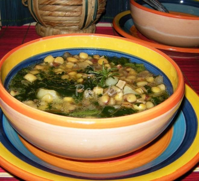 Zuppa di cicerchie con castagne secche e cicoria