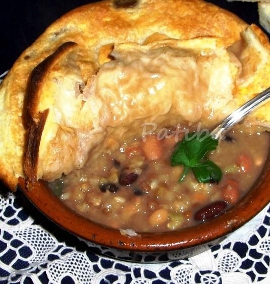 Zuppa in crosta con legumi e cereali