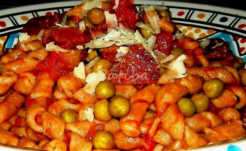 Busiate trapanesi integrali al sugo di piselli e salame siciliano di suino nero