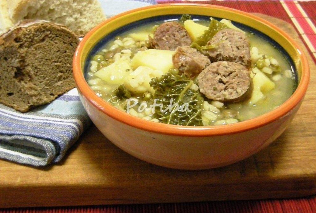 Zuppa rustica con salsiccia