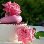 Chocolate_cupcakes_with_rose_water_meringue_buttercream fiori