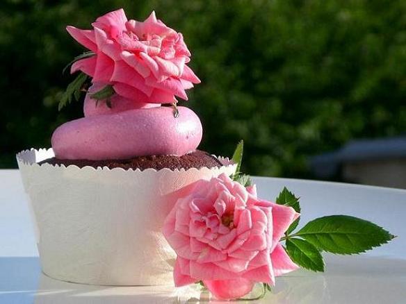 Chocolate_cupcakes_with_rose_water_meringue_buttercream fiori